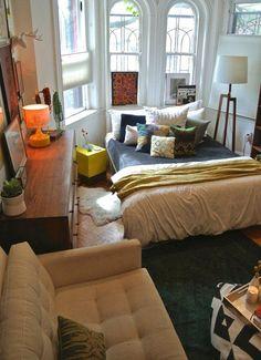 Un espacio joven y desenfadado, donde por las reducidas dimensiones del apartamento no ha quedado más remedio que integrar el dormitorio en el salón.