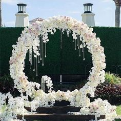 Today we present 11 more giant wedding wreaths: the hottest wedding trend, from Weddingomania: New trends in the wedding world pop up and disappear and some of them come here to stay, and we keep sharing the hottest and newest ideas to stand out on your big day. Among such trend you can find floral [...]