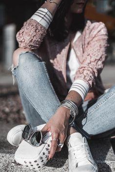 Outfit mit Blouson aus Spitze - darum lieben wir den Lace Trend Julies Dresscode Fashion Blog | Outfit f�r Frauen im Alltag, Petite Fashion, Outfitideen, Fr�hlingsoutfit | https://juliesdresscode.de