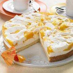 Eine frische Käse-Sahne-Torte mit Pfirsichen und Sekt für warme Tage