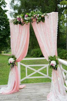 Свадебная арка в нежно-розовом цвете