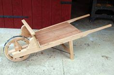 Resultado de imagem para medieval wheelbarrow plans Diy Wood Projects, Wood Crafts, Woodworking Projects, Wheelbarrow Planter, Wooden Cart, Medieval Furniture, Yard Furniture, Campaign Furniture, Recycle Cans
