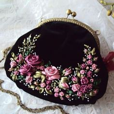 Wonderful Ribbon Embroidery Flowers by Hand Ideas. Enchanting Ribbon Embroidery Flowers by Hand Ideas. Vintage Purses, Vintage Bags, Vintage Handbags, Embroidery Purse, Silk Ribbon Embroidery, Beaded Purses, Beaded Bags, Diy Sac, Frame Purse