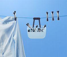 Kopie von 2017 bei Tchibo: 3,99 € So hängen die Wäscheklammern beim Aufhängen der Wäsche immer griffbereit in der Nähe: Der Aufbewahrungskorb wird einfach an den Wäscheständer oder an die Wäscheleine gehängt und lässt sich frei hin- und herschieben.