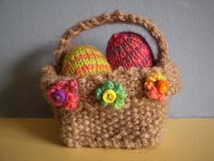 Mini Eggs in Basket Free Knitting Pattern - Frankie Brown brings us knitted mini eggs with their own knitted basket decorated with tiny knitted flowers. Knitted Bunnies, Knitted Flowers, Knitted Animals, Easy Knitting Projects, Knitting For Beginners, Crochet Projects, Knitting Ideas, Cable Cast On Knitting, Free Knitting