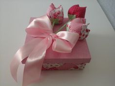 Lembrancinhas para Casamento, Madrinhas  Caixinhas em MDF revestida com tecido, decorada com tulipas de tecido, fita de cetim, toalhinha decorada e sabonete decorada tamanho 15x15x5cm