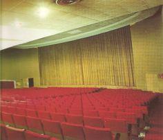 Interior de la sala de cine, donde siempre nos llevaba la tía Chelo a mi hermana y a mí.  Fotos encontradas en El Tranvía 48: Memorias de un cinéfilo de barrio X: cine Rívoli   I