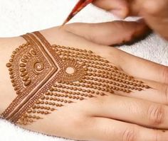 Simple Mehendi designs to kick start the ceremonial fun. If complex & elaborate henna patterns are a bit too much for you, then check out these simple Mehendi designs. Indian Mehndi Designs, Modern Mehndi Designs, Mehndi Design Pictures, Beautiful Henna Designs, Latest Mehndi Designs, Mehandi Designs, Mehndi Images, Finger Henna Designs, Mehndi Designs For Fingers