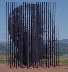 Nelson Mandela : installation composée de 50 colonnes d'acier découpées au laser