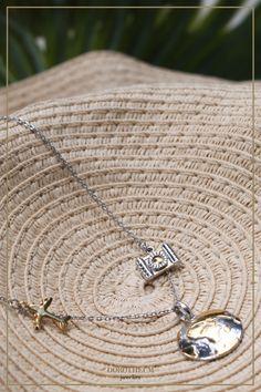 TRAVEL IN STYLE: Für diejenigen unter Ihnen, die noch vorhaben, die Welt zu bereisen.   reisen, schmuck, kette, Collier, Flugzeug, Kamera, welt, Weltkugel, Globus, Stroh hut, mode, tropisch Travel Style, Arrow Necklace, Globetrotter, Sculpture, Chain, Travel Jewelry, Fashion, Necklaces, Fashion Styles