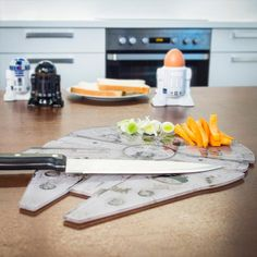 Das Star Wars Millenium Falke Schneidebrett ist Han Solos legendärem Raumschiff nachempfunden und ebenso robust wie spülmaschinentauglich.