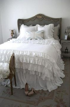 Check Out 25 Cool Shabby Chic Bedroom Design Ideas. Shabby chic style is gaining popularity because it's vintage, relaxed and kind of refined yet nonchalant. Decoration Shabby, Shabby Chic Decor, Shabby Chic Bedrooms, Shabby Chic Furniture, Home Bedroom, Bedroom Decor, Design Bedroom, Dream Bedroom, Ruffle Duvet