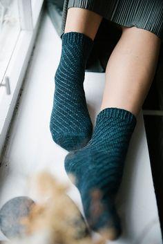 Knitting Blogs, Knitting Projects, Knitting Socks, Knitting Patterns, Knit Socks, Knitting Tutorials, Knitted Slippers, Knitting Machine, Free Knitting