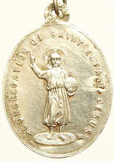 Vintage kind Jezus Franse Zilveren religieuze medaille hanger op 18 inch sterling zilver-rolo ketting, beschikt over een sterke kreeft-klauw gesp. Gegraveerd in het Frans: Congregatie van het Saint Jezus kind. Meet 0.95 in hoogte en 0.67 breed. Dubbele kenmerken op de borgtocht: de krab: dunne zilver 925/1000.