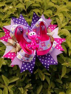 Moños y listón Bow Clip, Bow Hair Clips, Hair Bows, Girls Bows, Four Square, Hair Accessories, Christmas Ornaments, Holiday Decor, Cartago