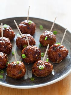 Korean-Style Cocktail Meatballs with a Sweet and Spicy Gochujang Glaze… A really delicious appetizer recipe for Korean-Style Cocktail Meatballs. We made a sweet and spicy Gochujang Galze to brush on top! One Bite Appetizers, Wedding Appetizers, Finger Food Appetizers, Finger Foods, Appetizer Recipes, Bacon Appetizers, Cocktail Party Appetizers, Meatball Appetizers, Gourmet Appetizers