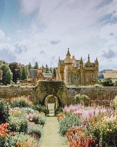 🇬🇧 Abbotsford is the historic country house of the famous writer, Sir Walter Scott, standing serenely on the banks of the River Tweed (Scotland) from Avenly Lane Travel 🏴🏰