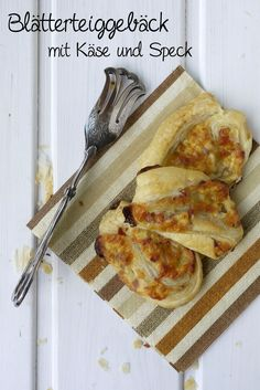 Blätterteiggebäck mit Käse und Speck