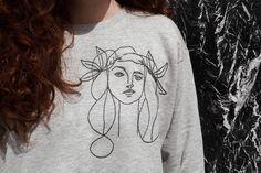 DIY Sudadera con bordado de Picasso - Fábrica de Imaginación · Diseño DIY Embroidery Hoop Nursery, Embroidery Monogram, Hand Embroidery Designs, Diy Embroidery, Embroidery Stitches, Embroidery On Clothes, Embroidered Clothes, Picasso, Tumblr Fashion