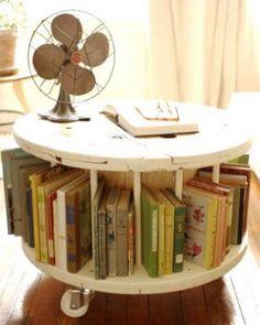 Een kabelhaspel als salontafel en boekenrek. Subliem!