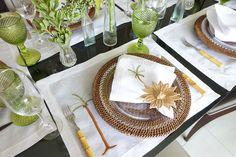 Mesa Posta rústica com folhas. Sousplat de ratan, jogo americano em linho, pratos transparentes.