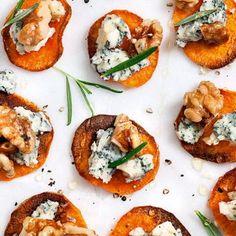 Egna chips på sötpotatis blir glöggminglets snackis. När de dessutom toppas med ädelost och rostade valnötter är smaken svår att slå. Ringla lite flytande honung över sötpotatischipsen och avsluta med färsk rosmarin.
