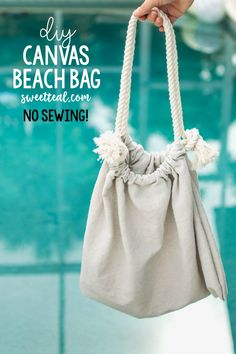 Make a super easy DIY canvas beach bag without any sewing! Seriously, this no sew canvas beach bag can be made in under 10 minutes! Diy Bags No Sew, Diy Purse No Sew, Beach Fabric, Canvas Drop Cloths, Diy Clothes Refashion, Diy Clothing, Diy Canvas, Beach Canvas, Canvas Bags
