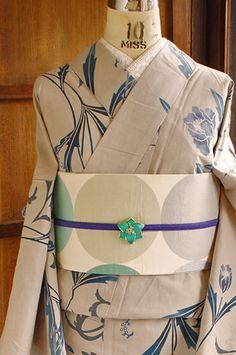 ベージュに近い淡く優しいグレーの地に、繊細なグレーのアラベスク模様と、紺青の濃淡に淡いピンクの挿し色も美しいアールヌーボーデザインを思わせるアネモネのような優美な花模様が染め出された注染レトロ浴衣です。 Yukata Kimono, Kimono Outfit, Asian Fabric, Traditional Japanese Kimono, Modern Kimono, Crazy Outfits, Japanese Outfits, Japanese Culture, Traditional Outfits
