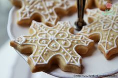 Easy Snowflake Cookies | Christmas | Holidays | Winter | Vanilla sugar cookies decorated with white royal icing