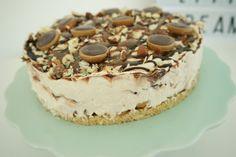 Toffife cheesecake - den bedste cheesecake du nogensinde vil smage og så er den super simpel at lave (no bake og uden husblas). Lækker og syndig cheesecake med toffifee Toffifee + cheesecake + karamel