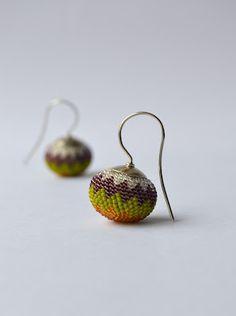 Chevron earrings bead crochet V. Luftensteiner >> love Viktoria's work!