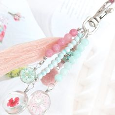 Wow, what beautiful pendant, these dried flowers! What do you do with the … – epoxy resin DIY Paperclip Crafts, Bead Crafts, Jewelry Crafts, Handmade Keychains, Diy Keychain, Diy Tassel, Tassels, Beaded Purses, Diy Schmuck