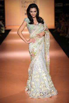 Saree - Saree outlet is the saree online Indian Sarees shopping store saree collection define saree of Bollywood Bridal Designer Wedding Sarees Lehnga Choli Salwar Kameez. India Fashion Week, Lakme Fashion Week, Ethnic Fashion, Asian Fashion, Indian Dresses, Indian Outfits, Pakistani Outfits, Fashion Models, Fashion Show