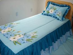 Colcha Ruffle Bedding, Bedding Sets, Sheet Curtains, Fabric Paint Designs, Bed Styling, Fabric Painting, Bed Covers, Soft Furnishings, Bed Spreads