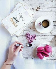 Macaroons and coffee But First Coffee, I Love Coffee, Coffee Break, Morning Coffee, Flat Lay Photography, Coffee Photography, Photo Pour Instagram, Photo Hacks, Pause Café