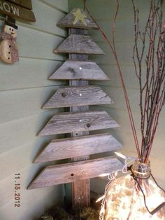 Looking for the perfect rustic homemade Christmas decorations? Get these homemade Christmas decorations to make your home merrier this holiday. Pallet Christmas Tree, Noel Christmas, Country Christmas, Christmas Projects, Winter Christmas, All Things Christmas, Christmas Ornaments, Pallet Tree, Wooden Ornaments