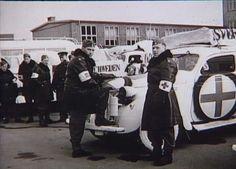 Bernadotte-aktionen. Svenske Røde Kors busser og personbiler gør holdt på Munkebjergskolen i Odense på vej til Tyskland for at hente skandinaviske fanger fra koncentrationslejre i april 1945 Tidsperiode og årstal Datering: apr-45 - See more at: http://samlinger.natmus.dk/FHM/21009#sthash.nIrXCoBl.dpuf