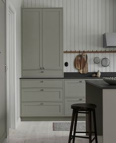 Hand-painted Scandinavian shaker kitchen in the home of Made by us 🌱 Swedish Kitchen, Nordic Kitchen, Cheap Wall Decor, Cheap Home Decor, Room Interior, Interior Design Living Room, Interior Paint, Grey Shaker Kitchen, Beige Kitchen