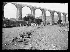 """Aqueducto de Queretaro, mejor conocido como """"Los Arcos"""". Esta fotografía es poco conocida en la red. Tiene que ser antes de 1900 puesto que el tren dejó de pasar por ahí por esos años.   Foto: Reporte Queretaro"""