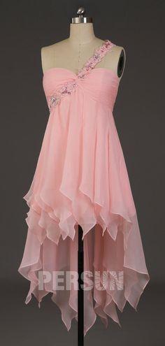 Robe de cocktail courte devant longue derrière fantaisie rose à encolure asymétrique embelli de strass
