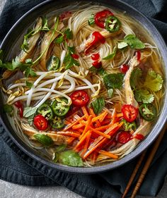 Learning how to make pho in Instant Pot is a total game changer for any pho lover. A really good Vietnamese pho noodle soup starts with a rich, aromatic broth and using an Instant Pot cuts down on hands-on time. Instant Pot Pho Recipe, Instant Pot Dinner Recipes, Recipes Dinner, Soup Recipes, Chicken Recipes, Cooking Recipes, Punch Recipes, Recipies, Gastronomia