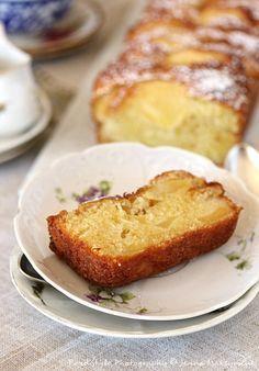 Cake aux pommes Ingrédients : (pour 8 personnes) 3 pommes bio 150 g de beurre mou 130 g de sucre pure canne 2 à soupe de sucre vanillé naturel 1 c. à café d'extrait de vanille naturelle 2 gros œufs (à température ambiante) 150 g de farine tamisée 3/4...