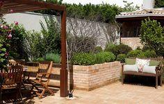 Além de pérgola sobre a mesa e banco para relaxar, este quintal dos sonhos tem uma horta. Projeto assinado pela paisagista Cláudia Muñozz