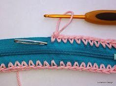 Å hekle på glidelås er så lettvindt.   Denne lille mappa kan bli det meste.   Teknikken er veldig grei å kunne.     To crochet direct...