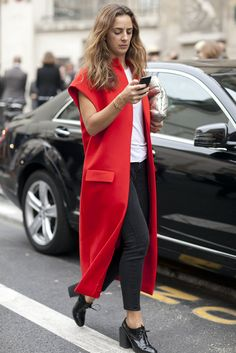 Paris Fashion Week Street Style Snapshot - A bold red coat is all the interest any outfit needs. Mode Chic, Mode Style, Ärmelloser Mantel, Chaleco Casual, Celebridades Fashion, Looks Plus Size, Sleeveless Jacket, Long Vests, Jackett