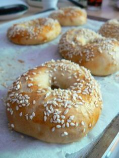 Pain Bagel, Beignets, Bread Recipes, Sandwiches, Food And Drink, Tasty, Favorite Recipes, Lunch, Cooking