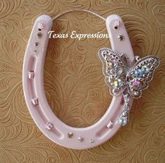 Butterfly & Pink for a little girl's room Horseshoe Projects, Horseshoe Crafts, Lucky Horseshoe, Horseshoe Art, Horseshoe Ideas, Beaded Horseshoe, Horseshoe Wreath, Western Crafts, Rustic Crafts