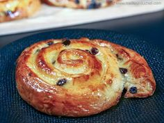 Swirly, buttery, flaky spirals filled with crème pâtissière and currants! Follour our easy recipe with a step-by-step, illustrated method for foolproof results. Pastry Recipes, Baking Recipes, Dessert Recipes, French Crepes, French Pastries, Gourmet Breakfast, Breakfast Cake, Breakfast Recipes, Pain Aux Raisin Recipe
