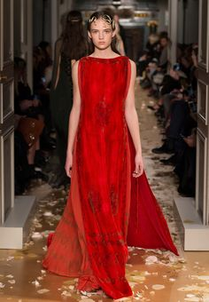 Discover the latest in designer apparel and accessories by legendary Italian fashion designer Valentino Garavani. Shop now at the official Valentino Online Boutique. Valentino Couture, Valentino Women, Valentino Garavani, Red Fashion, Runway Fashion, Fashion Show, Fashion Dresses, Style Couture, Haute Couture Fashion