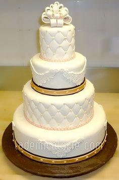 Gâteau de mariage courte pointe perles et petites fleurs ...